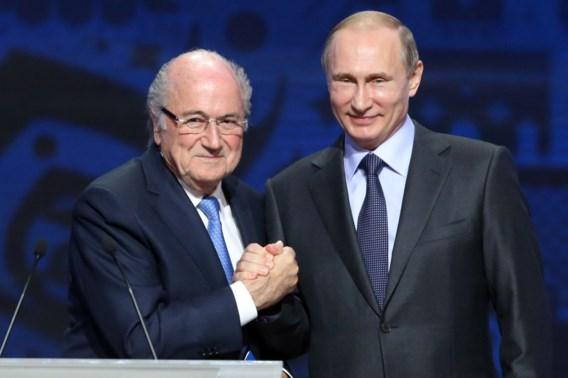 Beste vriendjes: Blatter reist dan toch af naar WK in Rusland, op uitnodiging van… Poetin