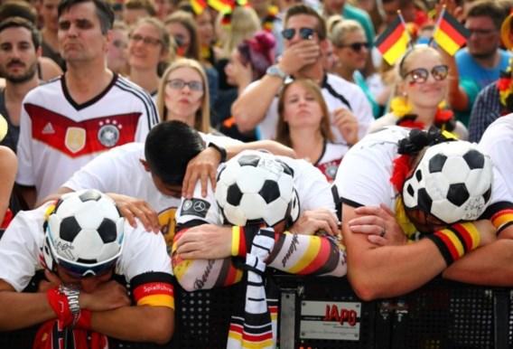Verdoofd blijven de Duitsers naar de vernedering staren