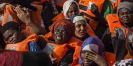 Honderd mensen verdrinken na ruzie over wie hen zal redden