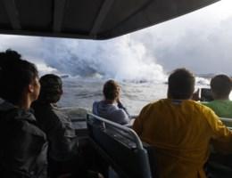 Vulkanische bom doorboort dak toeristenboot op Hawaï
