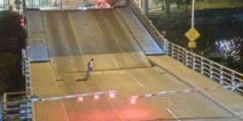Dronken fietser valt in opening van ophaalbrug