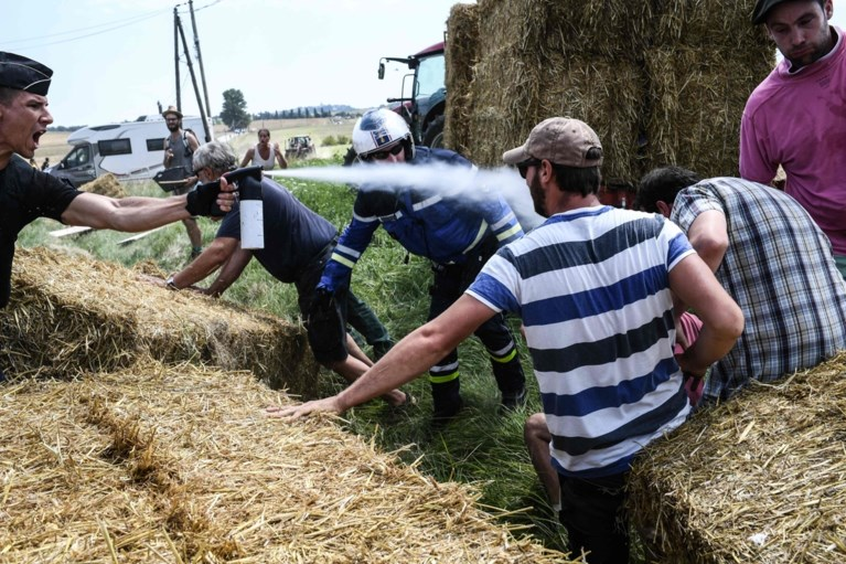 Hallucinante beelden: boeren verstoren de Tour met strobalen op de weg, pepperspray van politie belandt op renners
