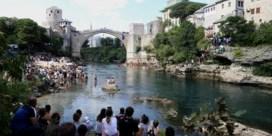 Tientallen duikers springen van wereldberoemde brug