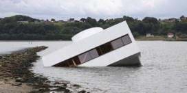 Kunstenaar laat bekend gebouw Le Corbusier zinken