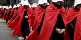 Schrijfster 'Handmaid's tale' reageert op protesten met rode jurk