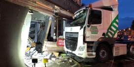 Vrachtwagen rijdt café binnen