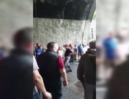 Politie houdt mensen tegen die auto's van brug in Genua willen halen