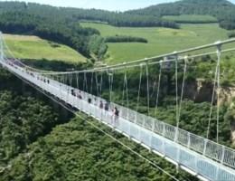 Bibberende bezoekers op nieuwste glazen brug in China