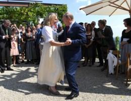 Poetins aanwezigheid op Oostenrijks huwelijk veroorzaakt politieke rel