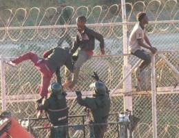 Migranten bestormen Spaanse exclave, bekogelen agenten met ongebluste kalk