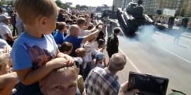 Tank kantelt op zijn zij na militaire parade