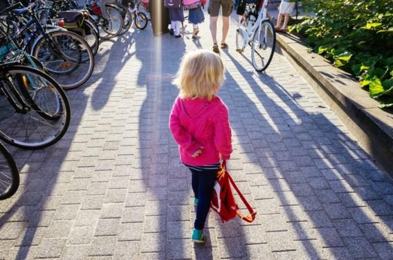 'Stop met die streep op de speelplaats, waar ouders niet voorbij mogen'