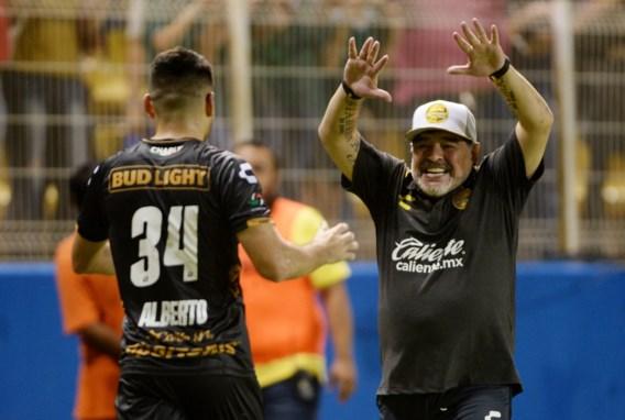 Intens meelevende Maradona zorgt bij debuut in Mexico meteen voor eerste zege (en feestje in de kleedkamer)