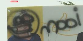 Daders bekladde verkiezingsborden Denderhoutem staan op film