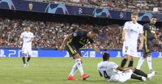 """Liplezers achterhalen waarom Ronaldo rood kreeg van ref, discussie gaat voort: """"De videoref had dit geannuleerd"""""""