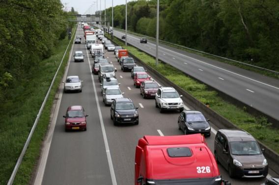 Werknemer Wegen en Verkeer voor rechter voor gooien van steenpuin
