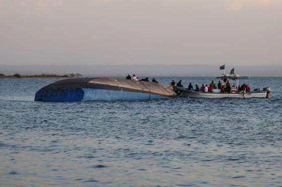 Eén man levend uit gekapseisde ferry gehaald