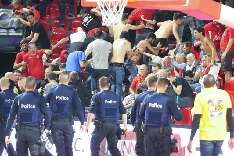 Onwaarschijnlijke taferelen met vechtende Israëlische fans in tribune, maar Charleroi kwalificeert zich toch