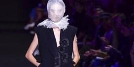 Ann Demeulemeester stuurt modellen de catwalk op met een netje over het hoofd