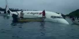 Vliegtuig mist landingsbaan en belandt in zee