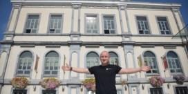 Maikel (17) scoort als ondernemer en politicus, maar moet vechten tegen kanker