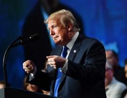 Trump spot met vrouw die Kavanaugh aanklaagt op rally