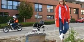 Kandidate verzwikt enkel tijdens campagne tegen … slechte voetpaden