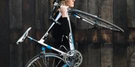 Onze vrouw gooit de auto buiten en ontdekt de geneugten van het leven op twee wielen