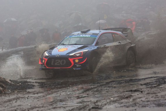 Neuville gaat van de baan in Rally van Wales en zakt naar achtste plaats