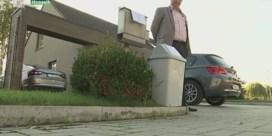 Man zet vuilnisbak onder brievenbus voor verkiezingsdrukwerk