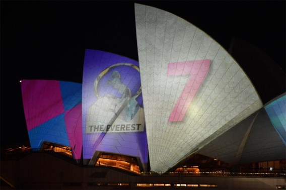 Rel over Sydney Opera House als reclamebord