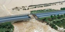 Italiaanse snelwegbrug stort in na hevige regenval