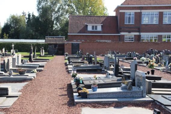 Via kerkhof naar de stembus