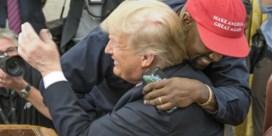 Van een innige knuffel tot 'I love you': zo verliep bezoek van Kanye West aan Donald Trump