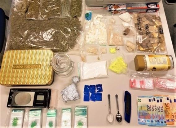 Politie pakt dealer op: gsm's, geld en drugs gevonden bij huiszoeking