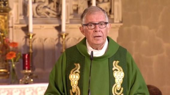 Priester wordt onwel na mis op tv en sterft