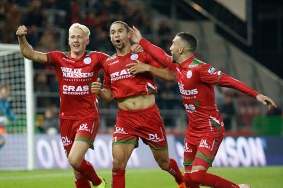 Zulte Waregem is verlost van laatste plaats dankzij twee late goals van De Pauw in degradatietopper tegen Lokeren