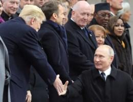 Merkel kan lach niet onderdrukken wanneer Poetin schouderklopje aan Trump geeft