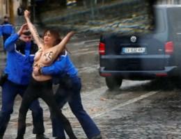 Topless activistes vallen konvooi van Trump aan