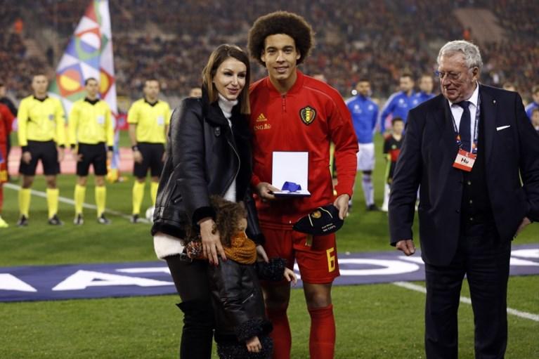 Axel Witsel door vrouw en dochtertje gehuldigd voor zijn 100e interland bij Rode Duivels
