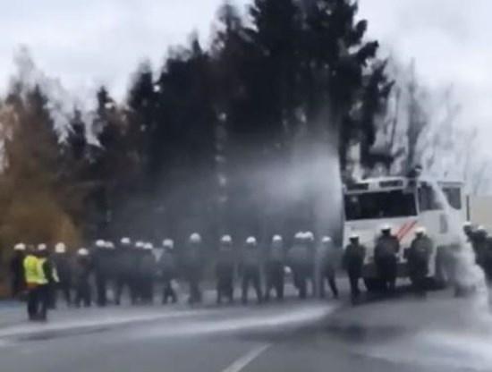 Politie zet waterkanon in tegen 'gele hesjes'