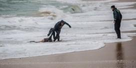 Kind op Spaans strand enige overlevende gezonken bootje