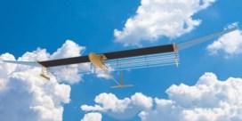 Stil vliegtuig vliegt op eigen elektrische wind