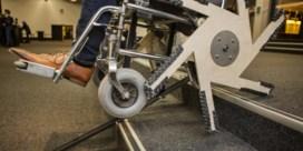Een rolstoel die de trap oprijdt