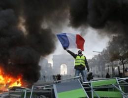 Macron noemt geweld bij manifestaties 'gele hesjes' een schande: 130 mensen opgepakt