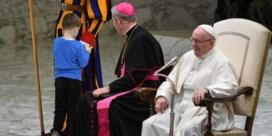 Paus kan lach niet inhouden wanneer jongen met Zwitserse wacht wil spelen