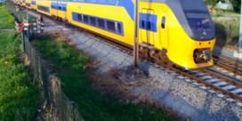 Fietser ontsnapt op het nippertje aan aanstormende trein