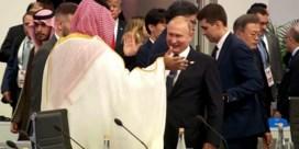 Poetin en Saoedische kroonprins begroeten elkaar wel heel hartelijk