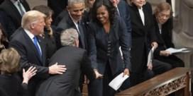 George W. Bush geeft Michelle Obama (opnieuw) snoepje tijdens uitvaart