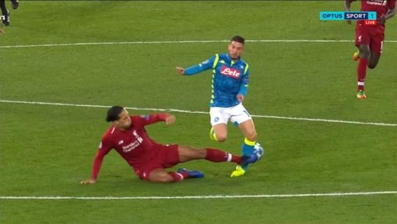 Mertens mag blij zijn dat zijn enkel niet gebroken is na deze tackle van Liverpool-verdediger Van Dijk